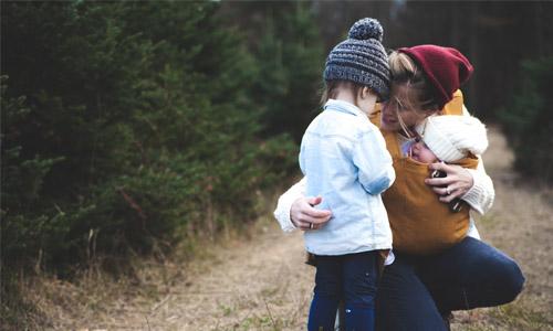一个妈妈抱着2孩子的家庭