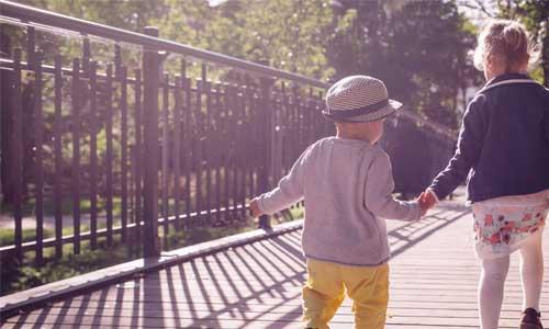 两个孩子一起散步
